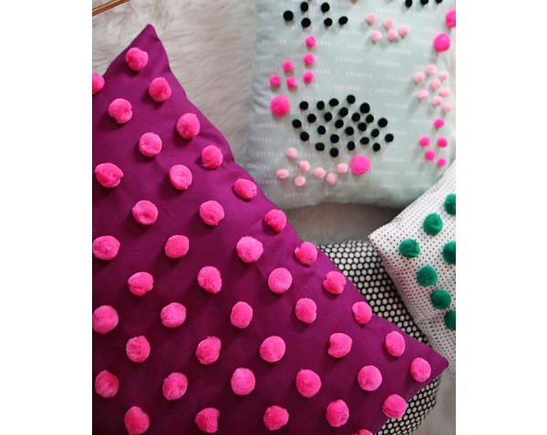 Tutorial: Colorful pom pom throw pillows