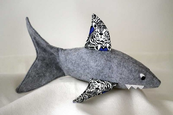 Free pattern: Friendly tiger shark softie