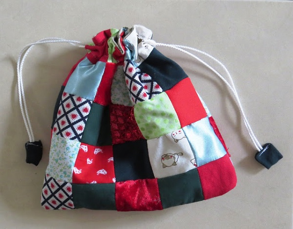 Tutorial: Scrap fabric patchwork drawstring gift bag