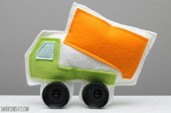 Free pattern: Felt dump truck softie with bottle cap wheels