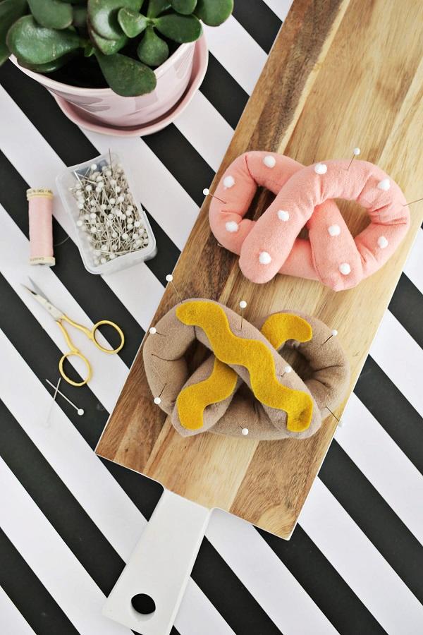 Tutorial: Fabric pretzel pincushion