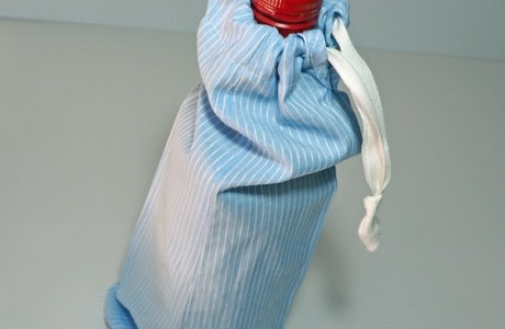 Tutorial: Easy drawstring wine bag from a shirt sleeve