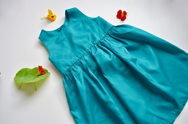 Tutorial and pattern: Little girls simple sleeveless dress