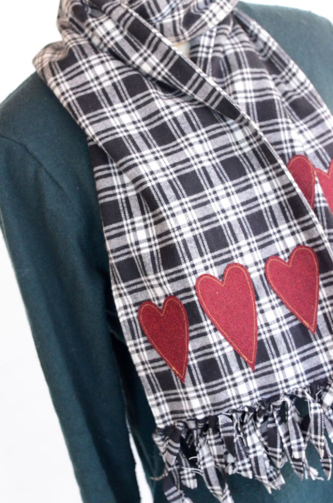 Tutorial: Fringed flannel scarf with felt heart appliques