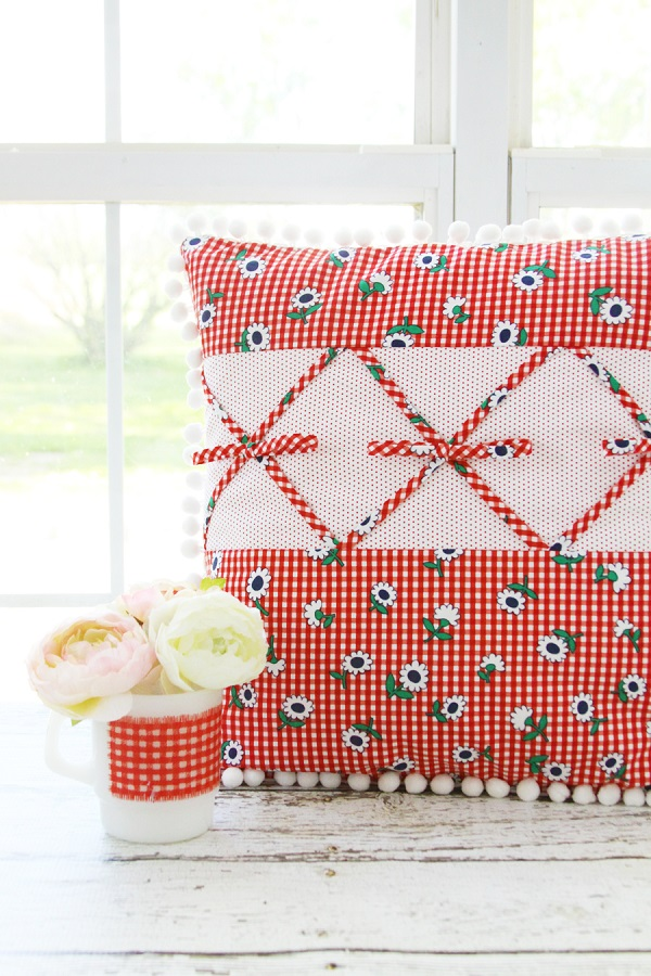 Tutorial: Retro pillow with criss cross fabric bows