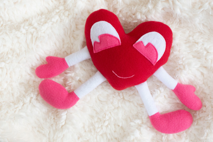 Free sewing pattern: Heart Squeeze Valentine plush softie