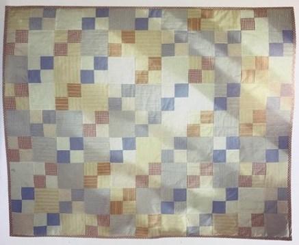 งานในช่วงทศวรรษที่ 1990 ผ้าจากเสื้อเชิร์ต เป็นโฟร์แพชต์แบบง่ายๆ ภาพจาก The Quilter's resource book