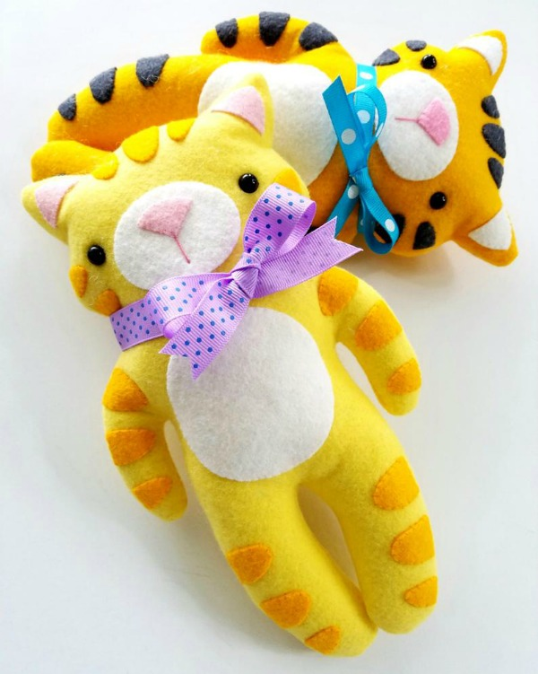 We love to share toys here on Sew Modern Bags and this is one of our favorites. The kitty and tiger felt softies are both fun and simple to make!