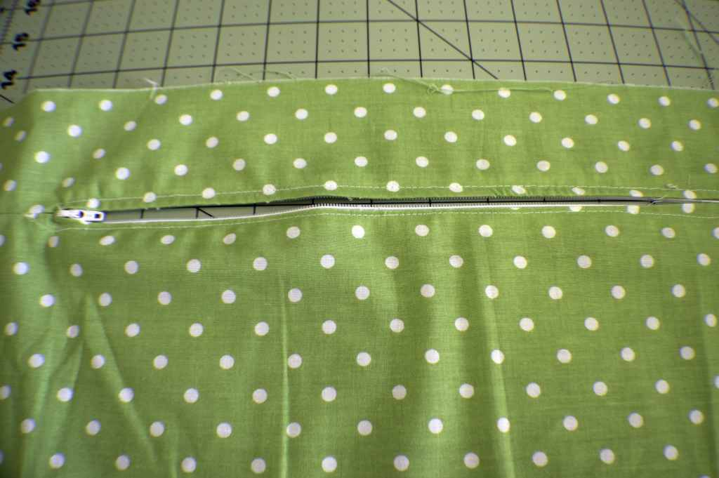 Make a zippered flanged pillow