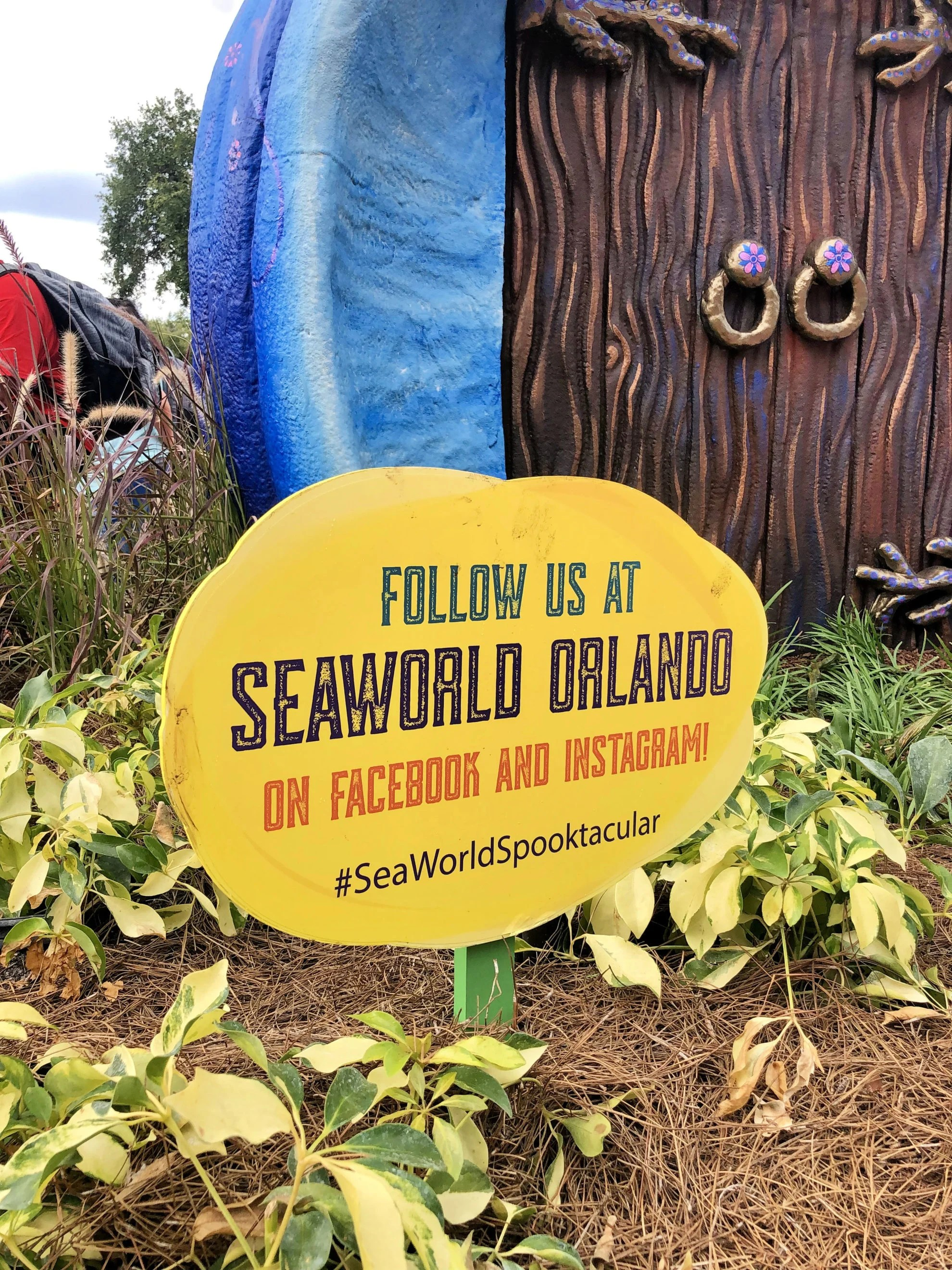 Yellow sign that reads visit SeaWorld ORLANDO ON SOCIAL MEDIA!