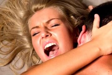 Глубокий вагинальный оргазм Женщина достигла сильного оргазма от секс и кричит от удовольствия