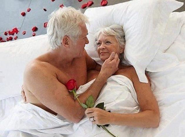 зрелые супруги счастливы в постели