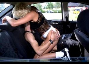 Секс в машине на заднем сидении. Девушка сидит сверху на парне и трахет его