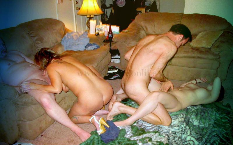 Фото: две пары свингеров в домашнем клубе