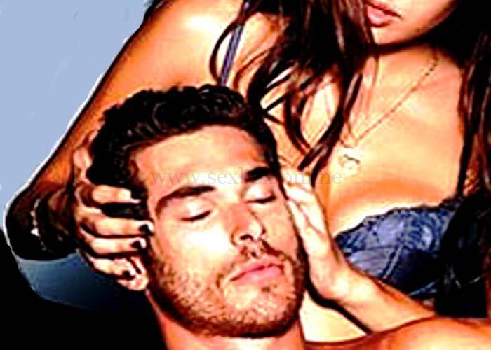 Девушка держит парня за голову