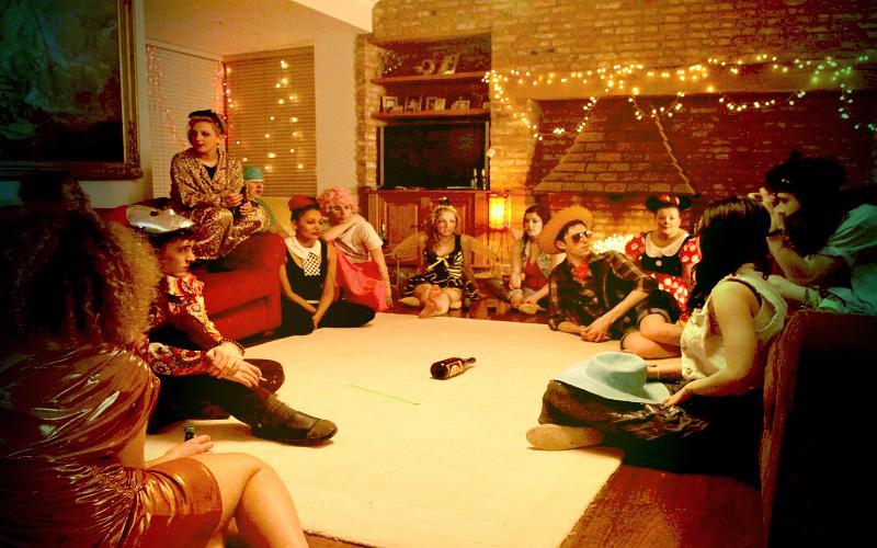 Фото: игра в бутылочку на вечеринке перед началом оргии