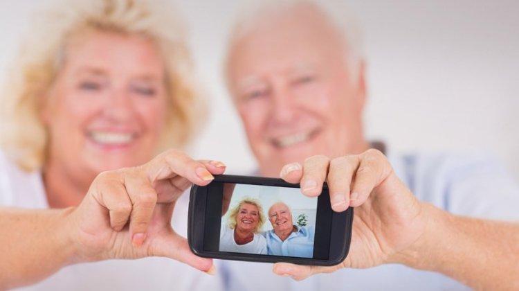 Οι ηλικιωμένοι στρέφονται στα smartphones και οι νέοι τα εγκατάλειπουν
