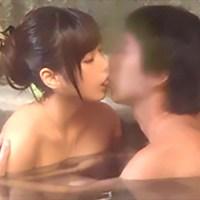 年輕媽媽好久沒有進混浴泡溫泉了 看著別人的肉棒開始興奮