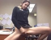 Secretária se masturbando na mesa do chefe