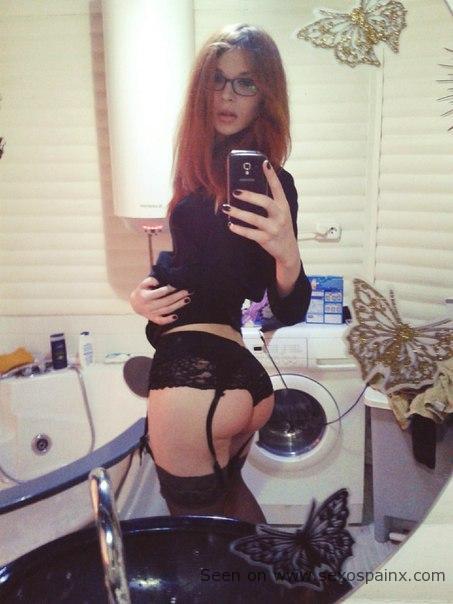 Peliroja buenorra haciendo un selfie con unportaligas nuevo de mujer Simon Perele negro