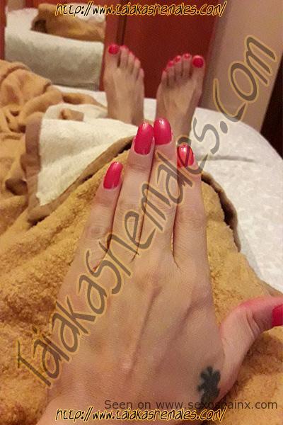 Así que tengo un pie hermoso y cuidado y unas manos delicadas uñas pintadas para que te excites sexualmente