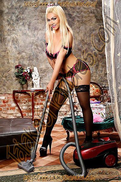 Rubia tranx pasando el aspirador en lenceria con los pechos desparramandose y le sale una teta mientras limpia