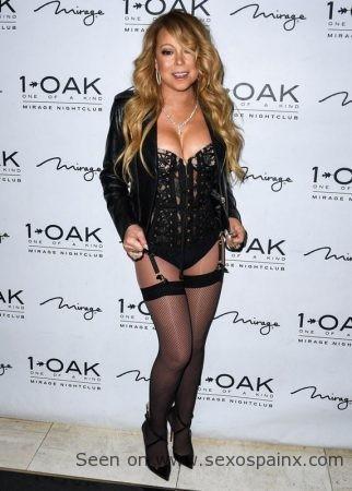 La culce cantante Mariah Carey en lencería negra: body de encaje con liguero y medias de rejilla