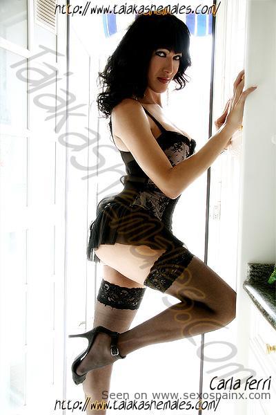 Travesti muy dotada Carla Ferri con lencería y ropa interior sexy.
