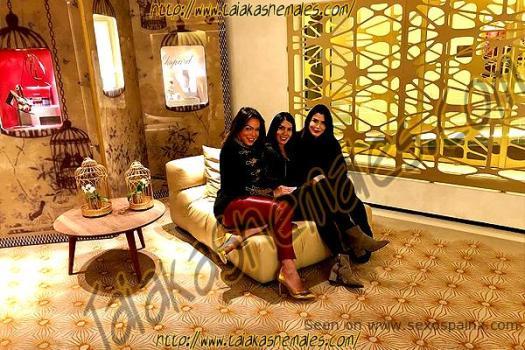 Transexuales morenas posando sentadas en un sofá de un recibidor. Viviany Paris: Noche maravillosa con amigas.