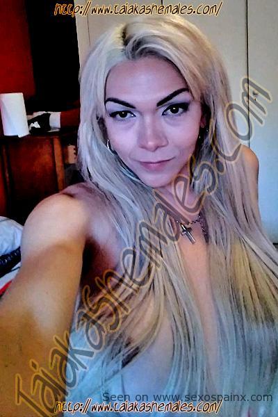 Vídeos de travestis con el pelo rubio cubriendo sus mamas