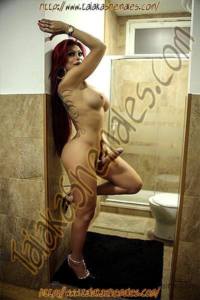 Desnudas travestis en el baño con tacón que no pueden mear por culpa de su priapismo femenino.