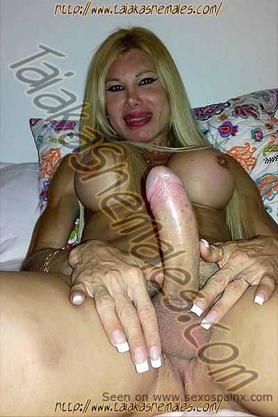Isis la Diosa venezolana en Travestis Sevilla desnuda con el miembro duro.