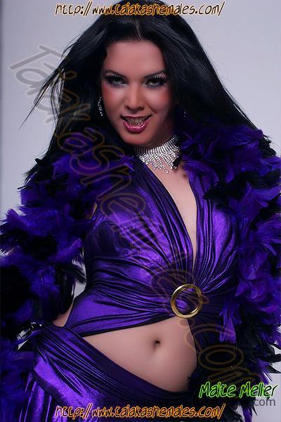 Bellas modelos transexuales morenas vestidas.