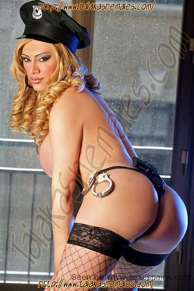 Travesti desnuda mostrando el culo por atrás en medias negras.