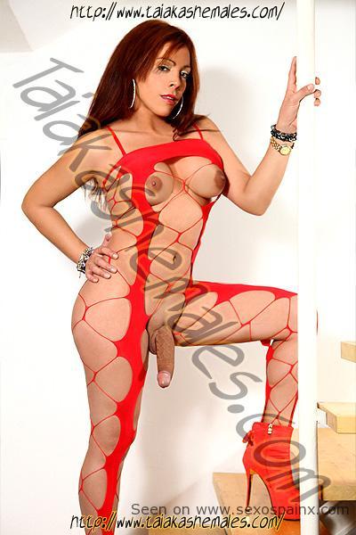 Modelos transexuales con tetas y cuerpos en tanga y body rojo.