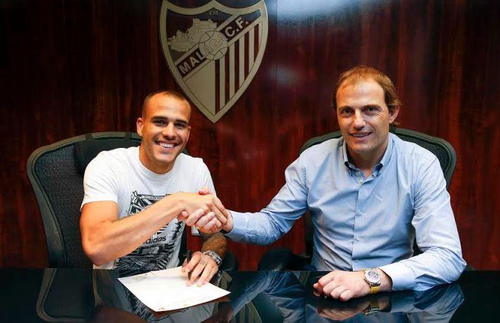 Sandro firmando con Arnau. Foto: Málagacf.com