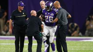 Adrian Peterson se tuvo que retirar lesionado