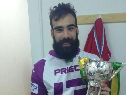 Alfonso Prieto sostiene la Copa de España. Foto Vía: lainformacion.com