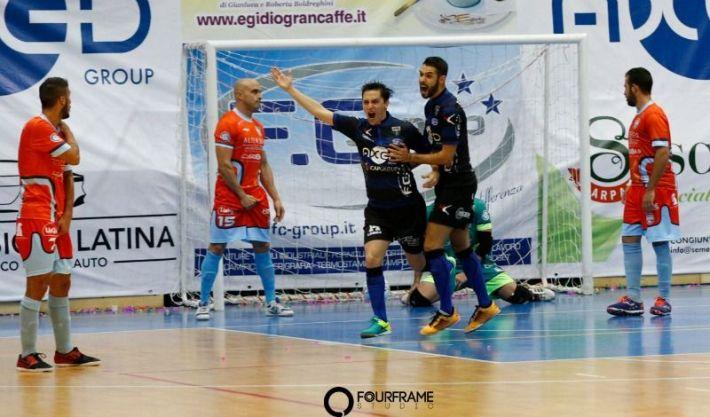 Sebastian Corso (Latina) celebra uno de sus goles ante la Luparense. Imagen vía Imagen vía divisionecalcioa5.it