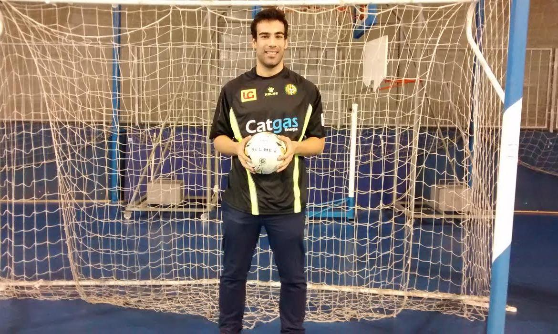 Prieto posando con la camiseta de Catgas el día de su presentación