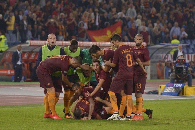 Los jugadores de Roma festejando el primer gol. Foto: Twitter AS Roma.
