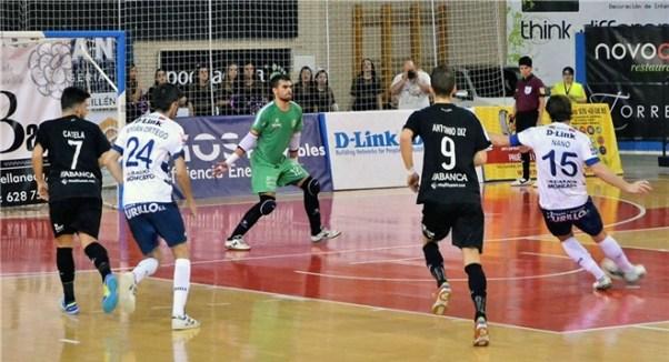 Nano realizando un lanzamiento en el partido disputado ante Santiago