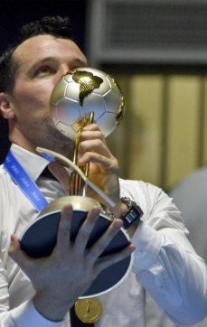 Besando la Copa de campeón del mundo
