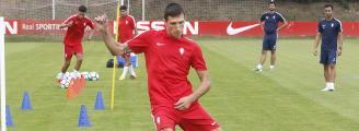 Stefan Scepovic intervino en los tres goles rojiblancos (Foto: LNE)
