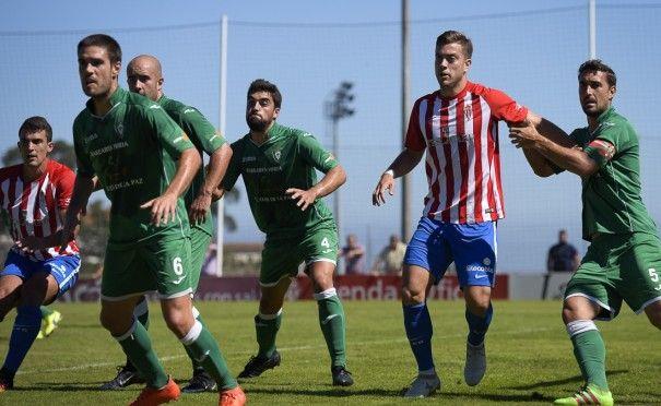 Juan Rodríguez, rodeado de contrarios en el partido frente al Gernika, despachó un buen encuentro en el Sporting 'B' pero acabó expulsado (Foto: Real Sporting)