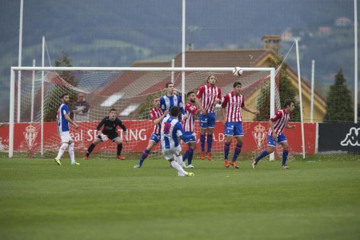 Lance del último encuentro disputado por ambos conjunto en la Escuela de Fútbol de Mareo (Foto: La Nueva España)