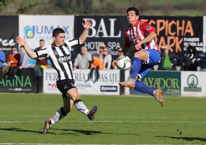 Jorge (Lealtad) disputa un balón con Álvaro Bustos (Sporting 'B') en el último encuentro disputado por ambos conjuntos en Les Caleyes (Foto: El Comercio)