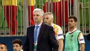 Venancio, con Miguelín y Adolfo detrás, atento al juego