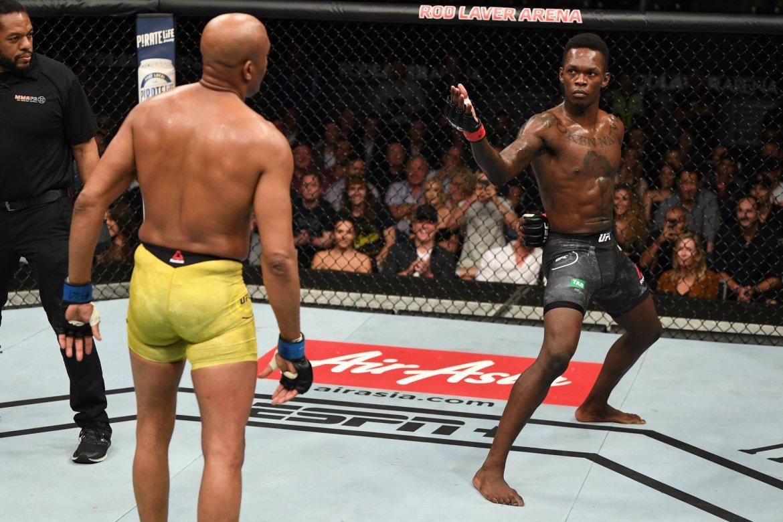 Israel Adesanya derrotó a Anderson Silva en UFC 234. Foto vía: @ufc