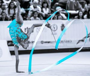 La gimnasta española Alba Bautista creando un corazón con la cinta en la Copa del Mundo de Guadalajara 2019. / Foto: Irene de Rocha (instagram @rgjournalism)